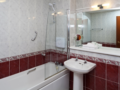 Dargle 3 bathroom - Fitzpatrick Castle self-catering Holiday homes